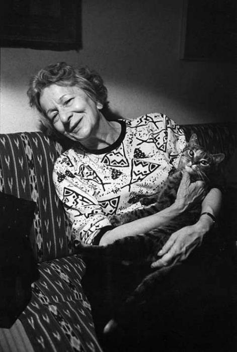 Wisława Szymborska z kotem